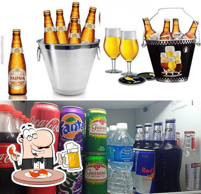 Desfute um copo de cerveja leve ou escura