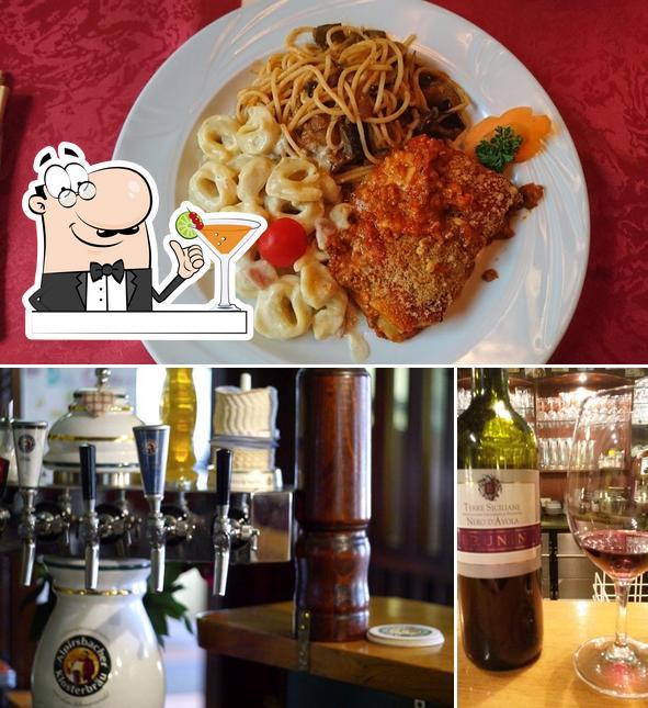 Это снимок, где изображены напитки и барная стойка в Zur Hochbrucke