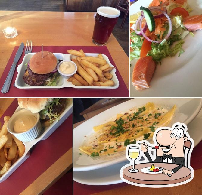 Estas son las fotos donde puedes ver comida y barra de bar en The Old Forge