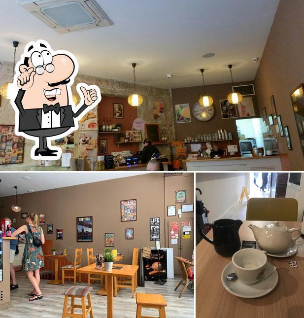 O interior do The Traveller Caffé
