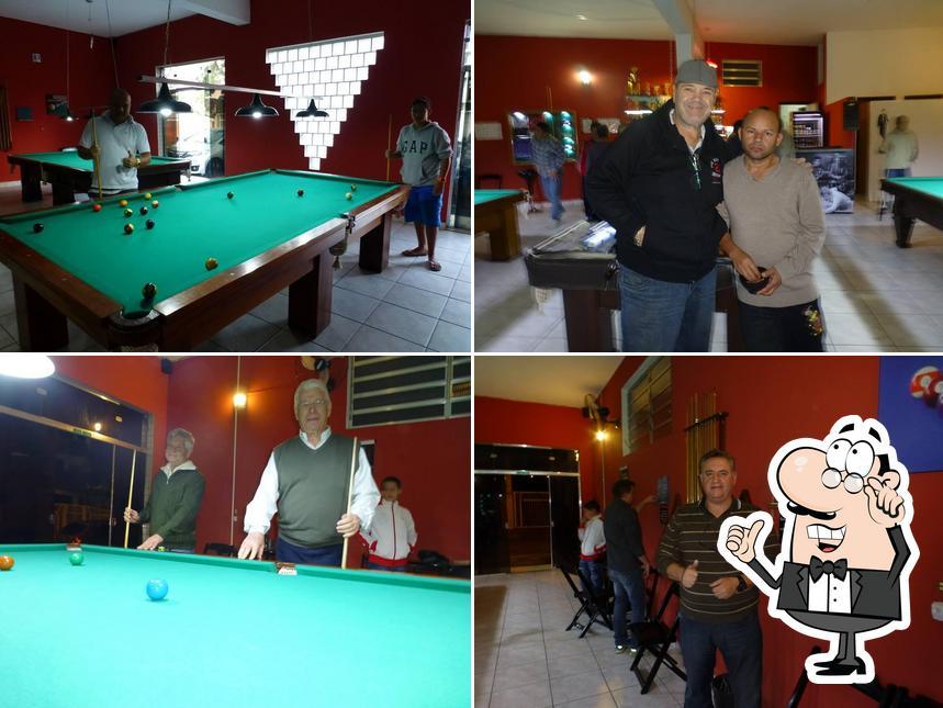 O interior do Sinucando Snooker Bar