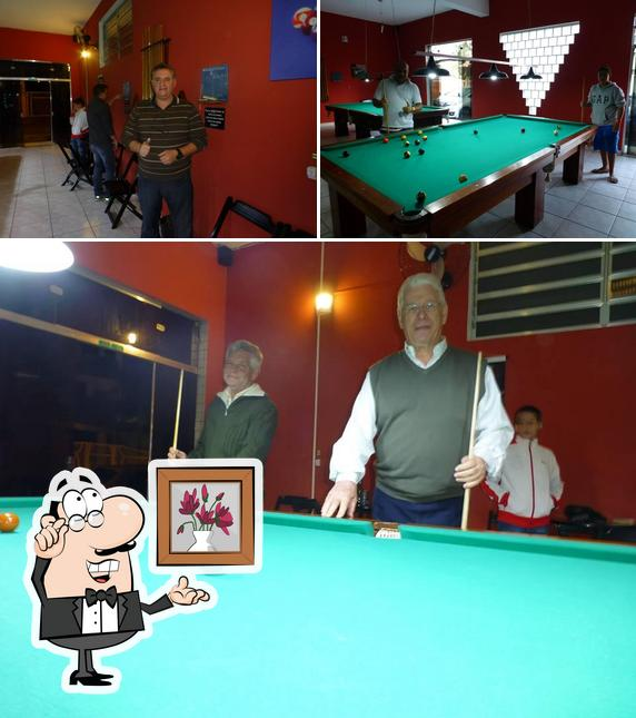 Sente em uma das mesas no Sinucando Snooker Bar