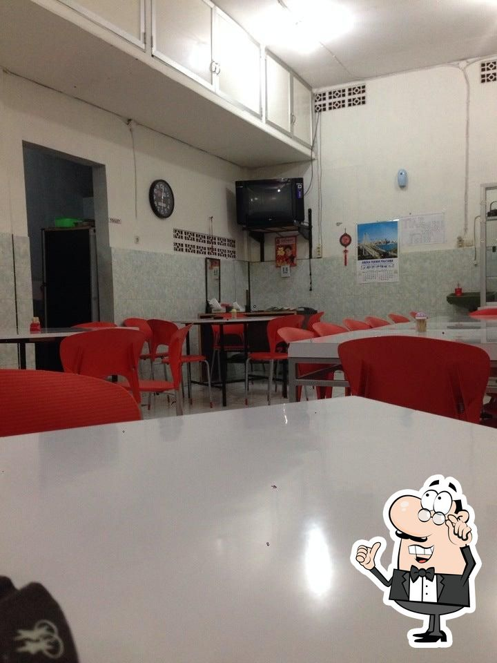 Siéntate a una de las mesas de Kanton