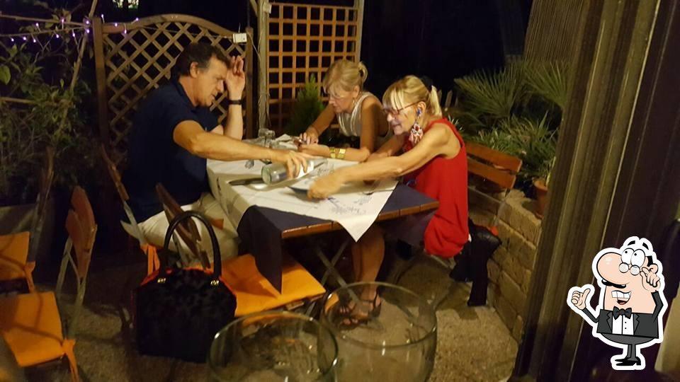 Siediti a un tavolo di Antica Osteria del Porto