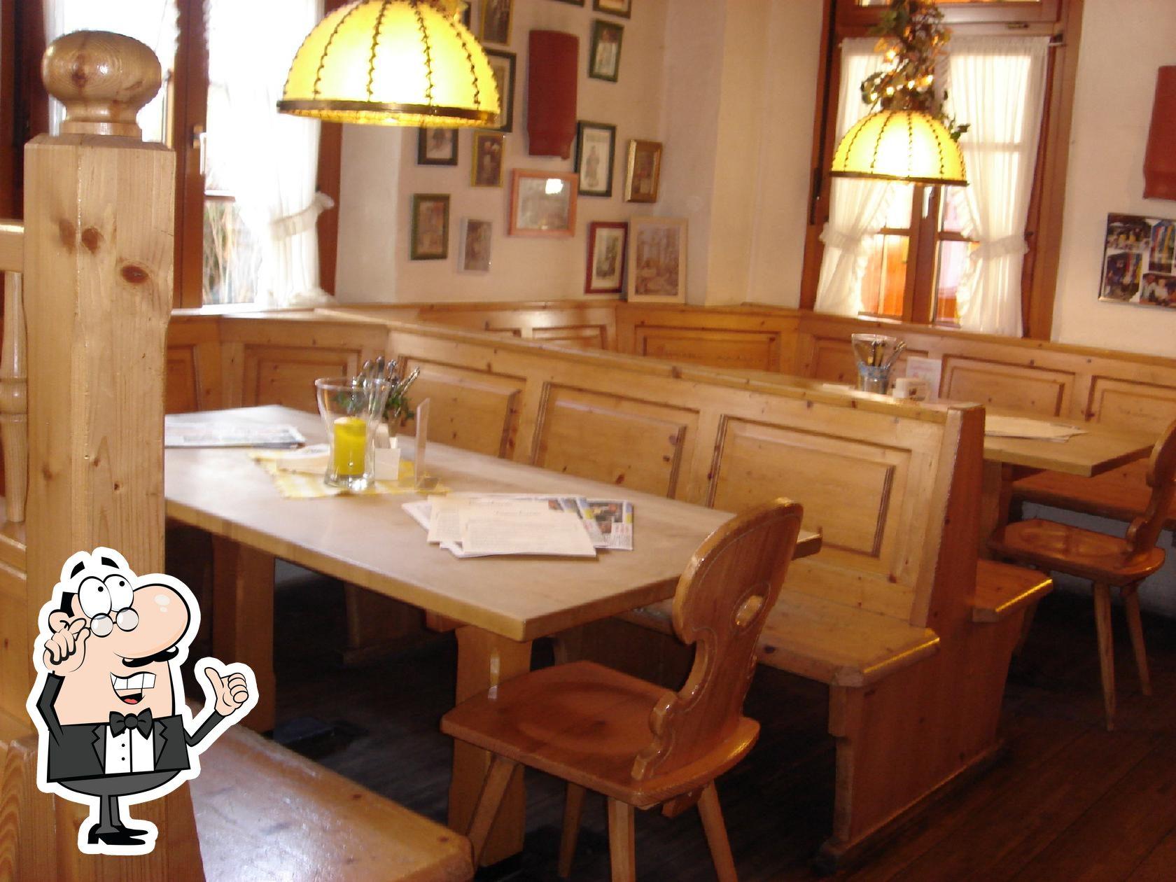 Nehmt an einem der Tische im Brauhaus Castel Platz