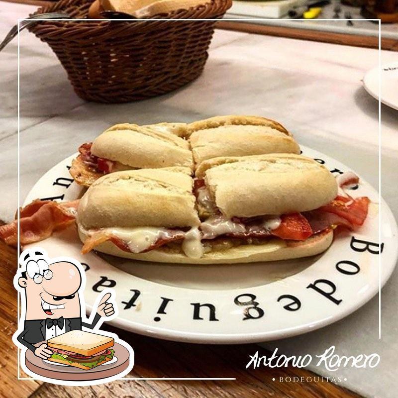 Pide uno de los sándwiches que te hacen en Bodeguita Antonio Romero